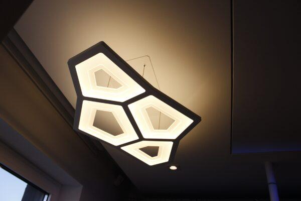 Corp-iluminat-suspendat-Apartamentul-alb