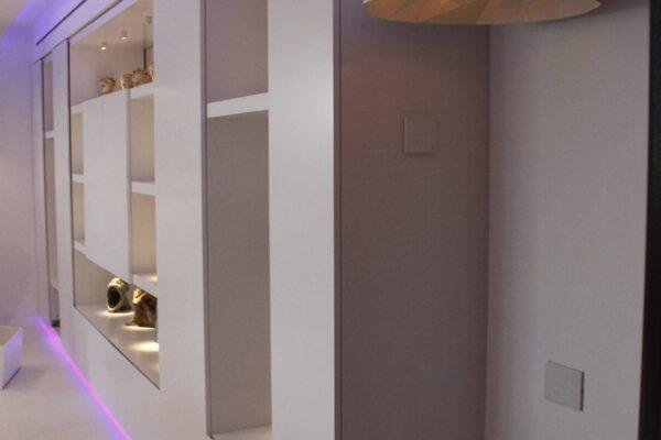 Smart-home-iluminat-vitrina-Apartamentul-alb